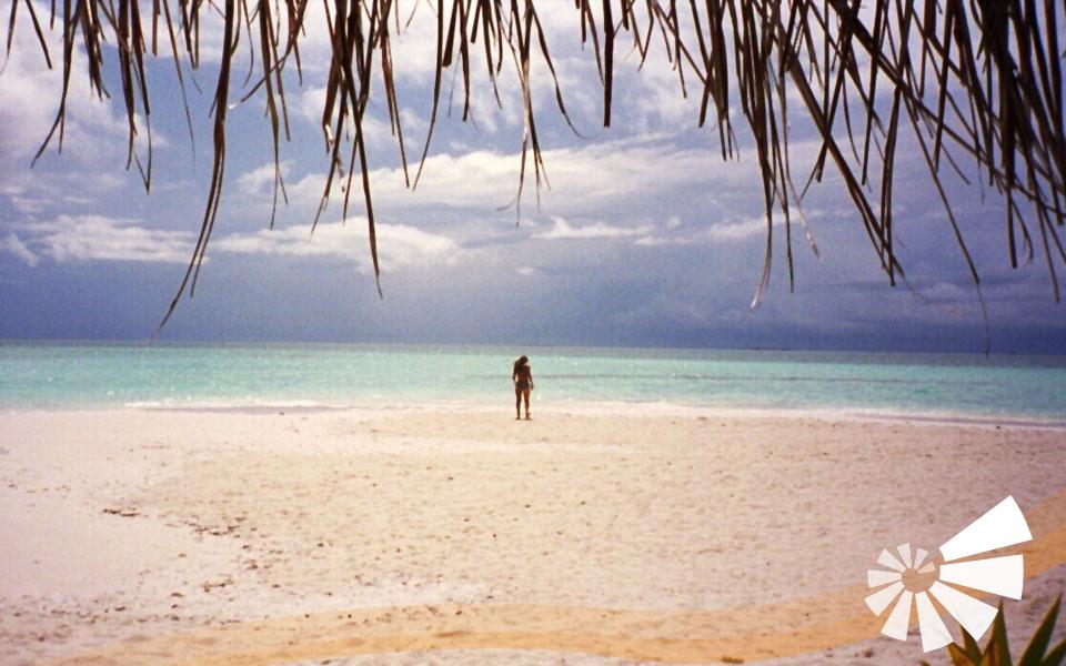 Strand mit Frau von hinten