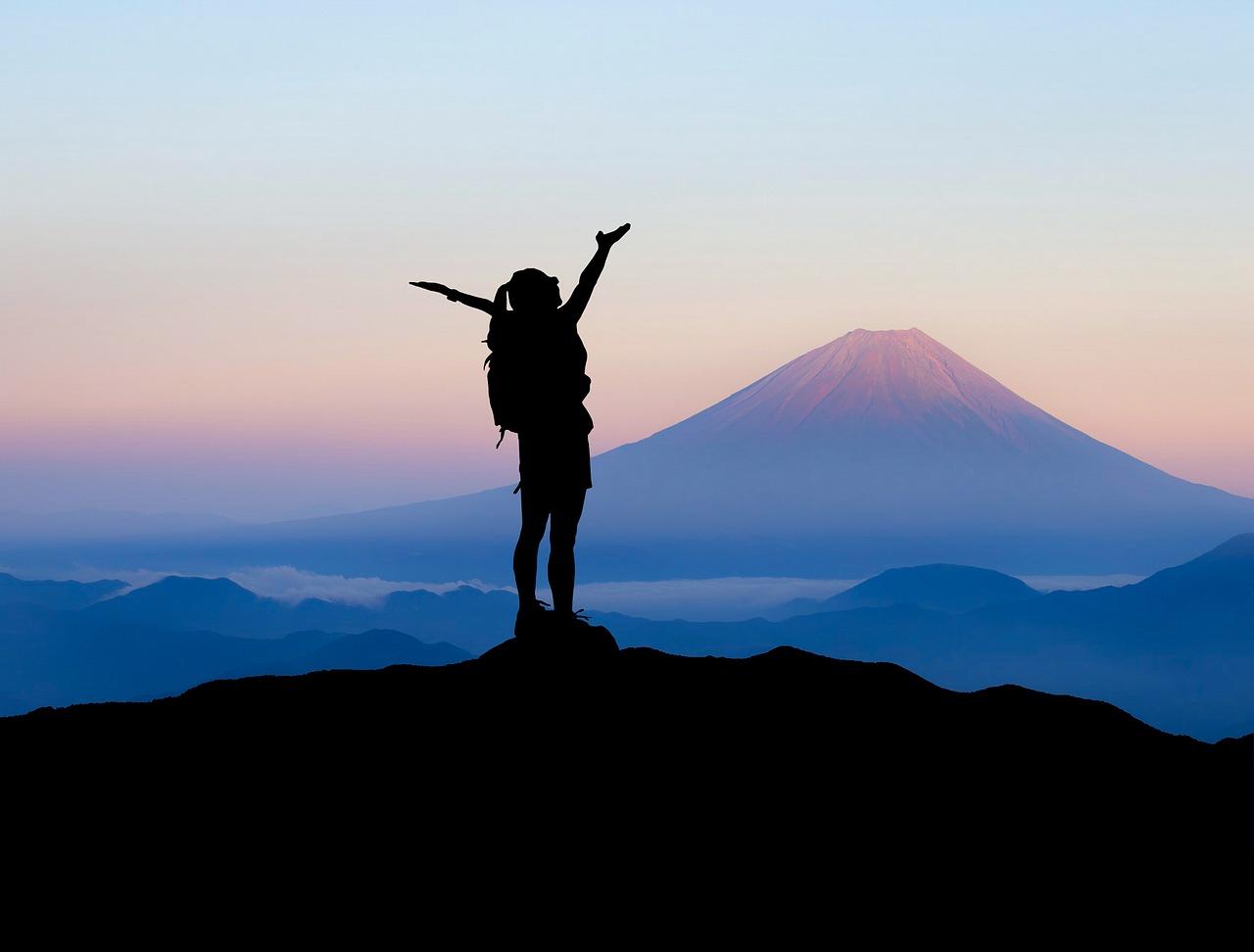 Frau auf Berggipfel