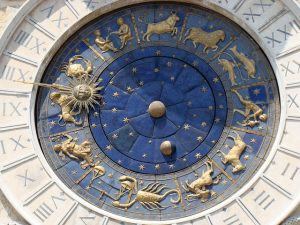Uhr mit Tierkreiszeichen