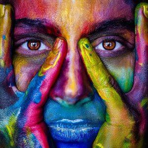 Gesicht in vielen Farben bemalt